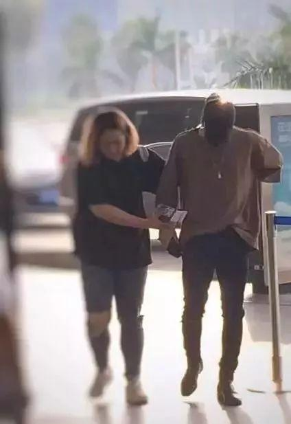 Jackson缺席GOT7签售会,粉丝发现他的手受伤了?