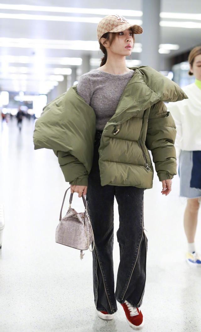 扯下衣领好时髦,蔡依林穿羽绒服不臃肿,搭配外套潇洒有范