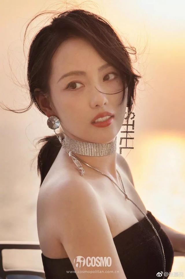 张嘉倪喝酒庆粉丝破百万,我只想盯着她的红酒妆看
