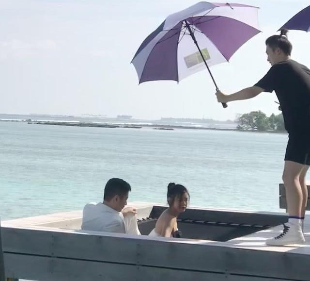 陈晓夫妇马尔代夫重拍结婚照,陈妍希的表情亮了