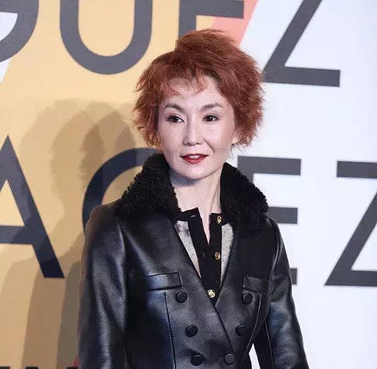 54岁张曼玉出席活动,顶着一头红发身形消瘦,网友说她的脸太吓人