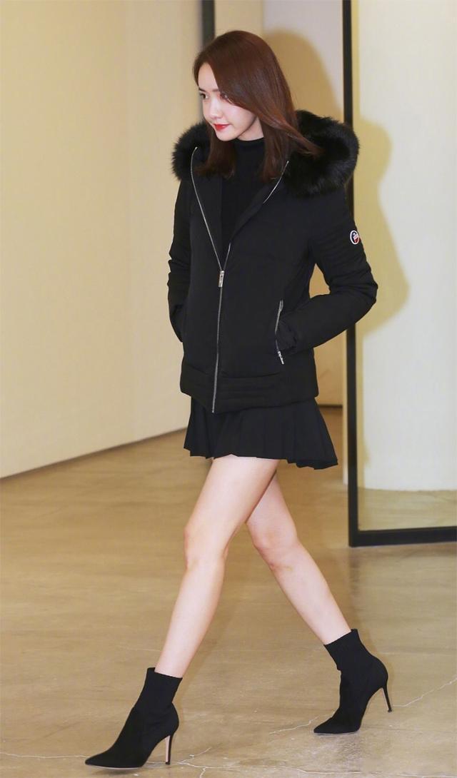 林允儿穿羽绒服太高调,混搭短裙秀美腿,一身造型竟穿出两种季节