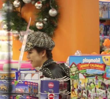 24孝爸妈!陈豪夫妇帮完大儿子庆生 又去买圣诞礼物送子女