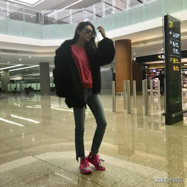 昆凌晒个人机场美照暗地里撒狗粮 和周杰伦穿同款粉红色球鞋
