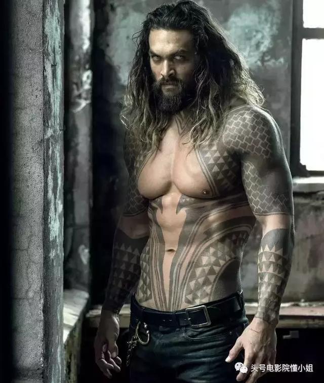 """39岁粗犷""""海王""""最爱蝙蝠侠,打架缝140针成断眉,曾签名骂漫威"""