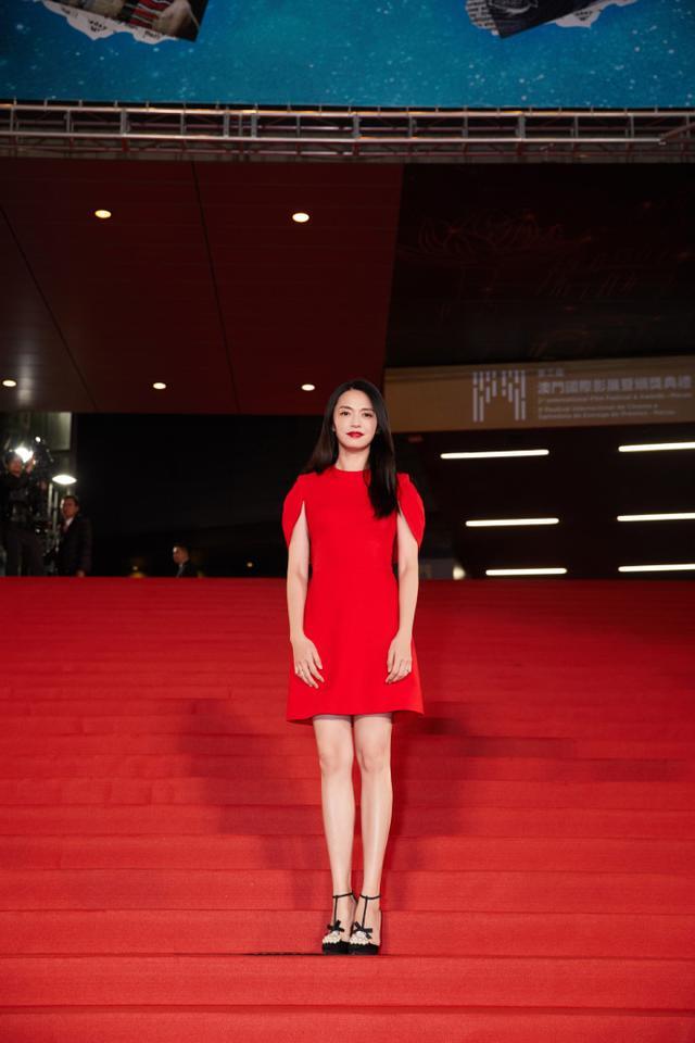 姚晨太适合红色了,身穿一袭红色短裙亮相红毯,时尚气场全开