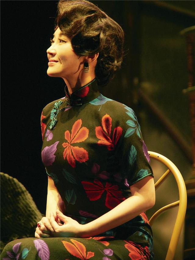 许晴演的话剧简直就是场旗袍秀!曲线玲珑,50岁依旧诠释着女性美