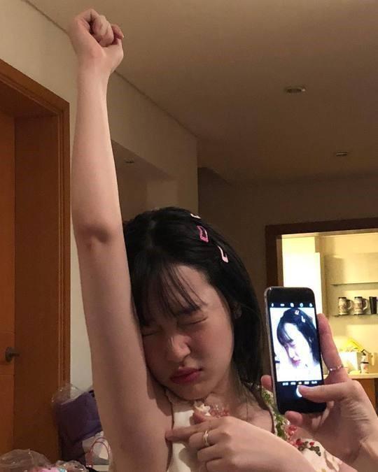 韩国女歌手雪莉SNS发新年派对照 与男性友人亲密互动惹争议