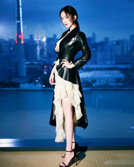 刘嘉玲瘦了好多,全身照明显纤细了,和杨幂同台比美照样不输