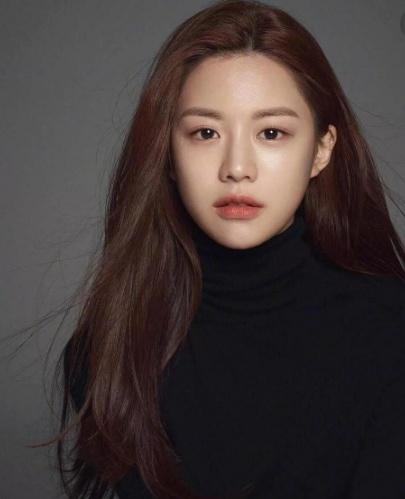 """因长相丑被欺负,她自己操刀整容,如今被韩国评为""""整容模板"""""""