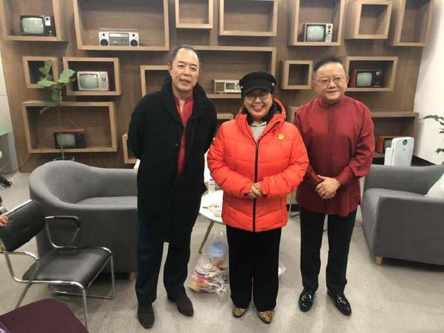 杜海涛妈妈晒照与张铁林王刚合照说:看到两位老师心里爽歪歪