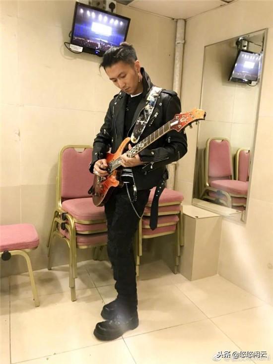 霍汶希晒谢霆锋弹吉他帅照遭粉丝喊话:欠你一张演唱会门票
