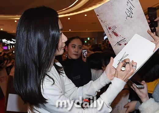 裴斗娜朱智勋等艺人出席新剧《王国》红毯