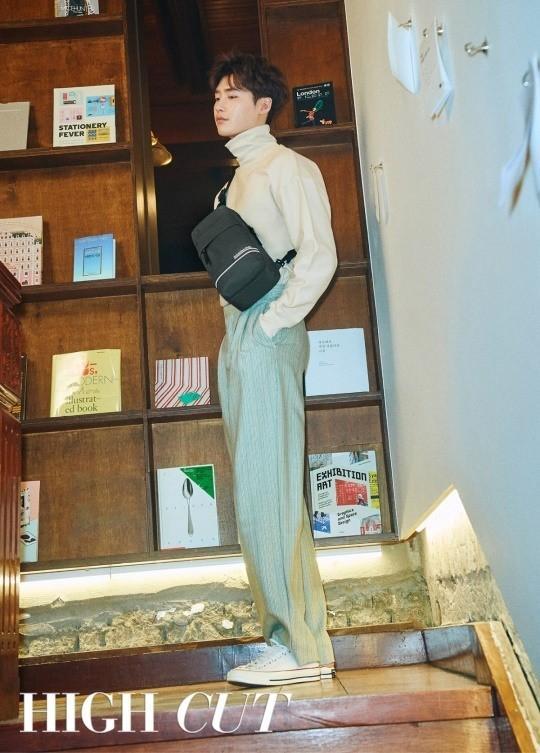 韩国艺人李钟硕变身文艺青年登杂志封面