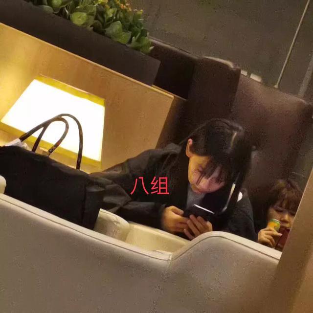 网友偶遇AB,素颜现身吃了一大碗面仍觉不够,刘海真该洗洗了