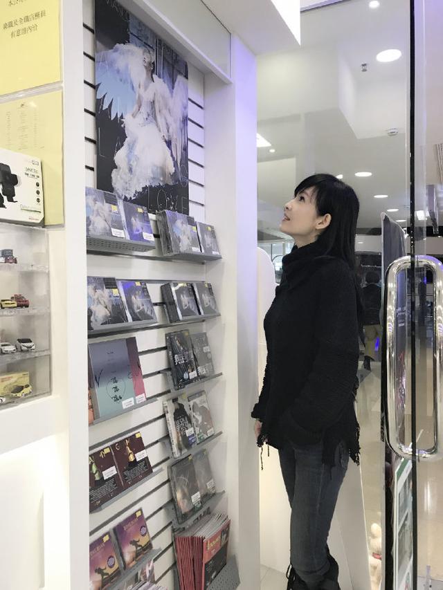 酸了,51岁周慧敏逛商店肤白无皱纹,网友:快出保养宝典