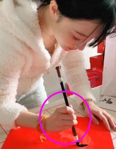 """李小璐带甜馨逛街被网友偶遇,而贾乃亮曾说过""""一个人过的很好"""""""