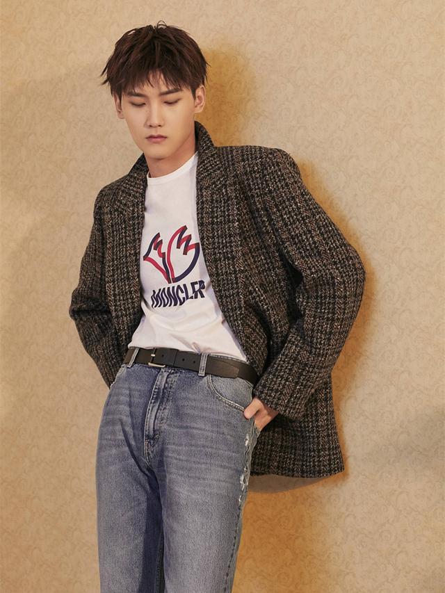 被邢昭林帅到,衬衫配牛仔裤清新帅气,这是提前过春了?