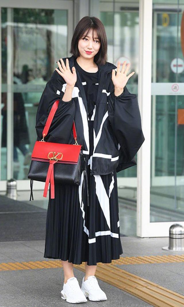 裴珠泫朴信惠穿半裙秀腿,金泫雅三条短裤暴露好身材