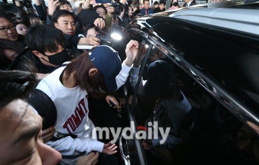 韩国艺人郑俊英亮相仁川机场不发一语逃离现场