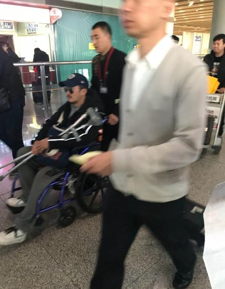 吴京坐轮椅,满脸胡茬神情憔悴,网友:别太拼
