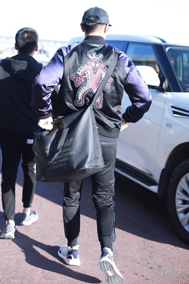 宁泽涛退役后首次现身,棒球服搭运动鞋时尚有型,戴棒球帽帅呆了
