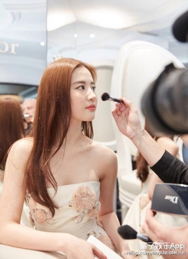 网评明星最美鼻子,易烊千玺迪丽热巴均上榜,她却被嘲了