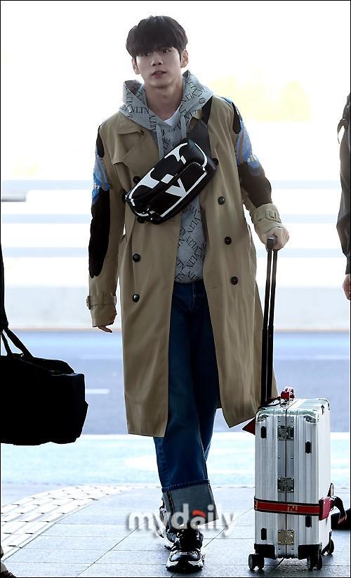 韩国艺人邕圣祐亮相仁川机场飞往中国香港