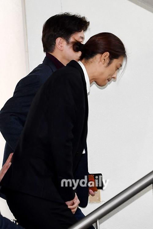 韩国艺人郑俊英出席拘留前嫌疑人审讯