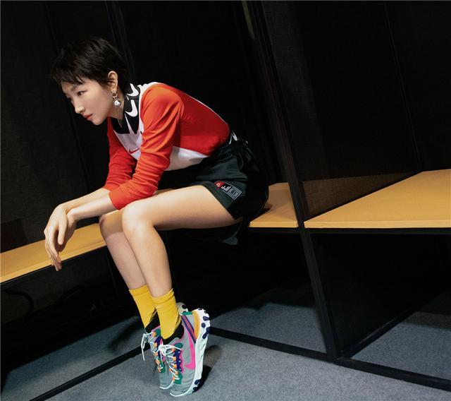 周冬雨运动装助阵中国女足,小黄袜吸睛你要穿?没她的腿想都别想