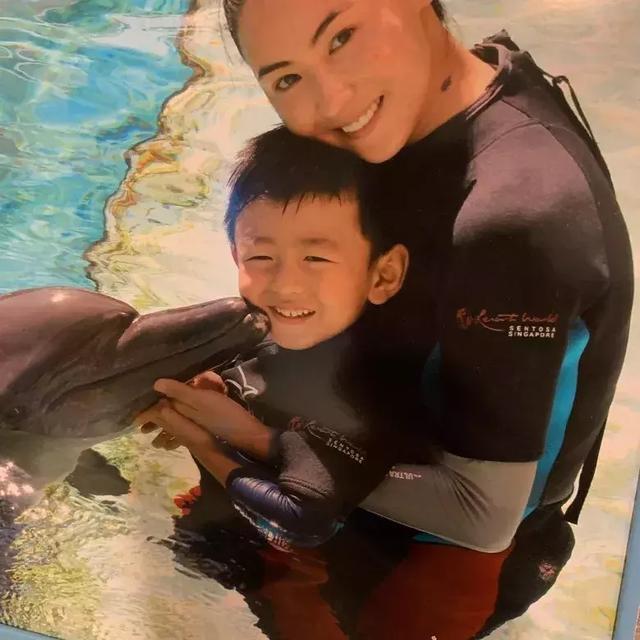 张柏芝带两个儿子去水上乐园 大儿子还与海豚进行了亲密接触