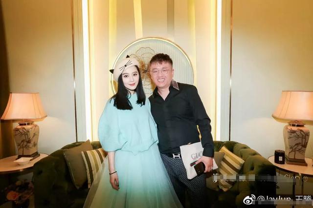 郭碧婷求婚宴新照,向佐亲自送亲友回家,眼睛就像长在碧婷身上了