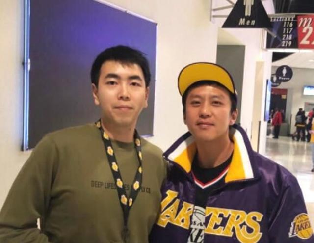 邓超赴美看NBA比赛 与粉丝卫生间偶遇亲切合照