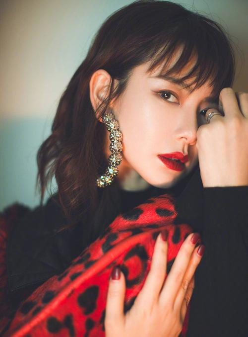 """34岁戚薇最新大片曝光,化""""金粉妆""""又帅又撩,太美了"""