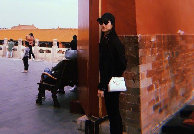 """刘亦菲最新杂志照曝光,纤腰盈盈一握,力破发福""""大象腿""""传闻"""
