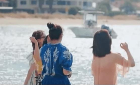 章子怡谢娜突然变保守派了,泳装看得出戏,只有张嘉倪最正常