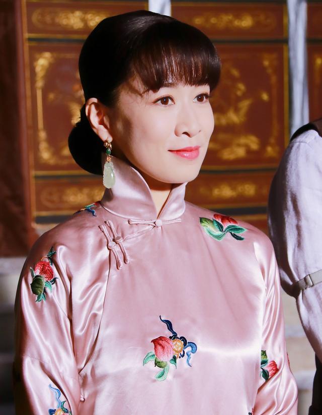 """黄晓明新剧造型华丽,佘诗曼剪了齐刘海,穿上红裙变身""""美娇娘"""""""
