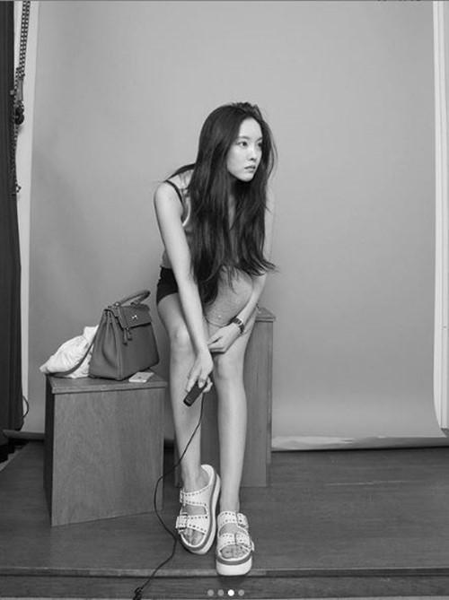 韩国女歌手孝敏发照秀修长美腿