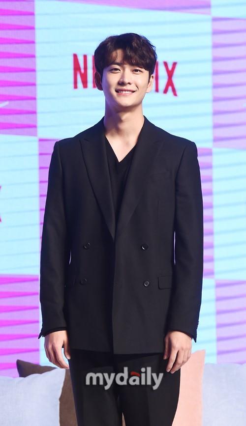 郑采妍郑振永等韩国艺人出席新剧《因为初恋是第一次》宣布会
