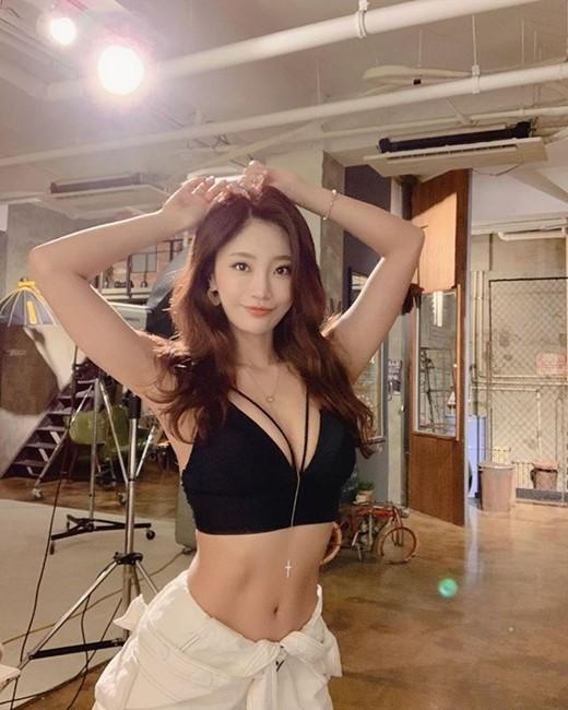 韩国女模特郑瑜胜SNS发近照秀火爆身材