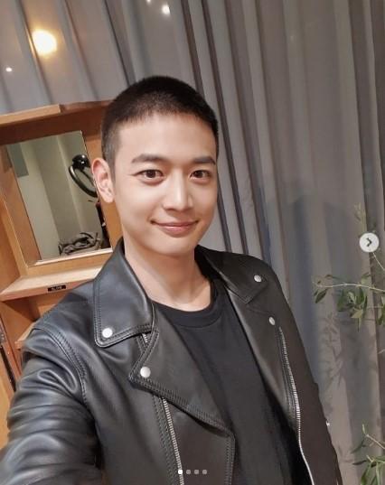 SHINee成員珉豪今日參軍 SNS公布剃發照