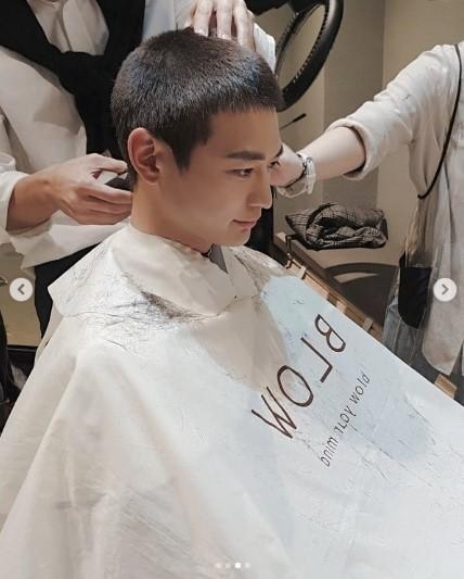 SHINee成员珉豪今日参军 SNS公布剃发照