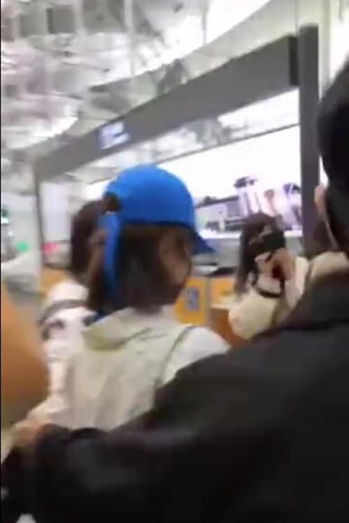 杨紫在机场拒收礼物,居然被粉丝砸了?