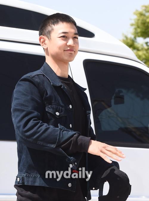 韩国男团SHINee成员珉豪参军现场