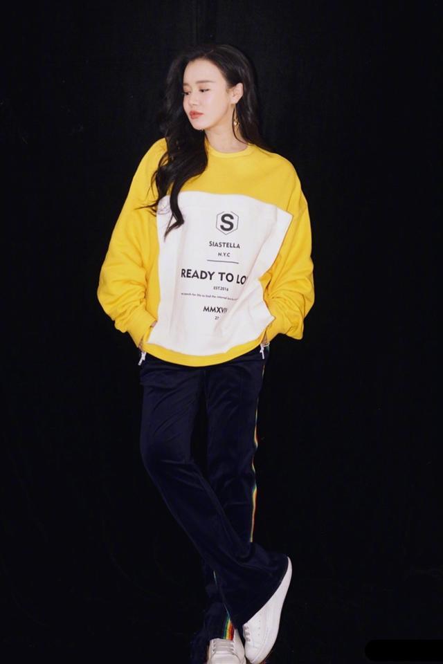 冉瑩穎簡直就是孕媽穿衣典范!私服造型時髦清新,挺大孕肚照樣美