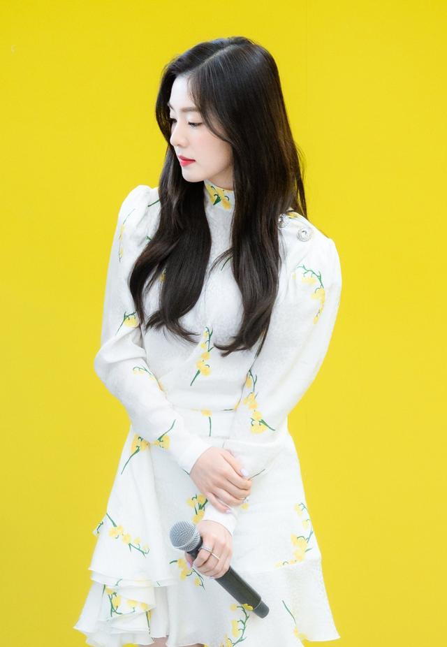 鄭秀妍裴珠泫和IU撞衫,同穿白色印花裙,她卻穿出了總裁范兒