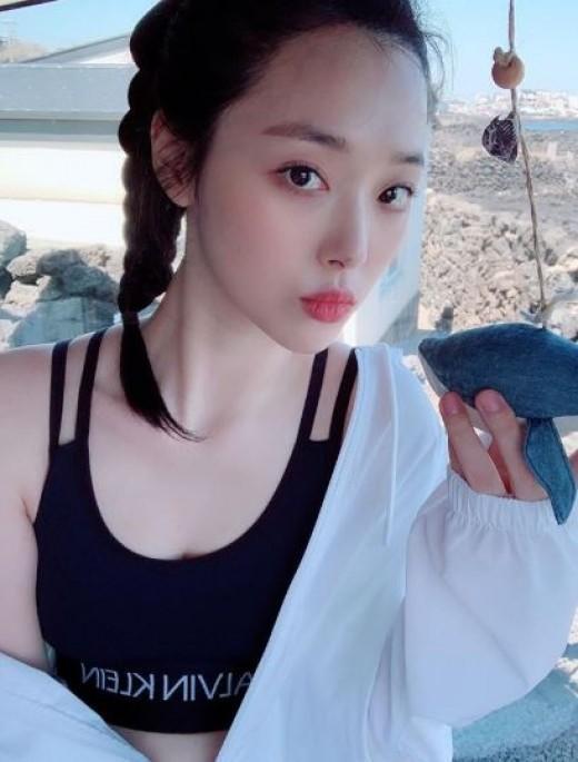 韩国女艺人雪莉SNS发近照秀清纯美貌