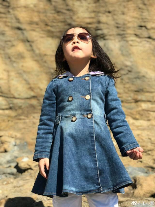 央视女掌管王小骞41岁不测当妈,当初4岁女儿长这样