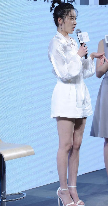 阚清子脸圆似饼,身材发福,穿紧身蓬蓬裙看不到腰?