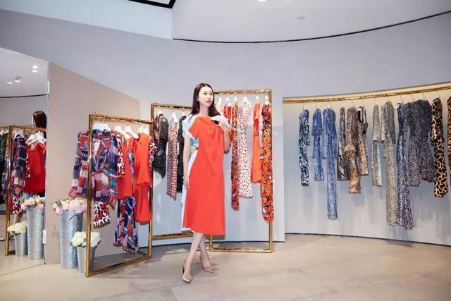 夏天一到,你的衣柜總缺一條全世界最顯瘦的DVF裹身裙